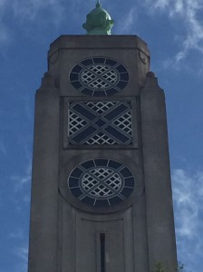 Der große, graue Turm der ehemaligen Brühwürfelfabrik